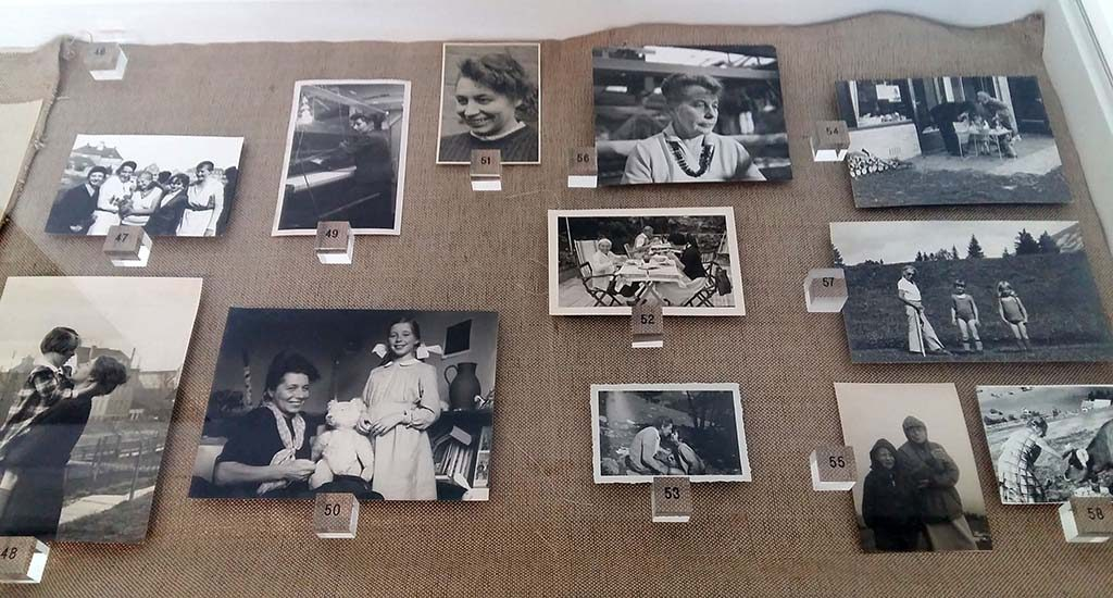 Gunta_Stolz_vitrine-met-familiefotos-foto-Wilma_Lankhorst