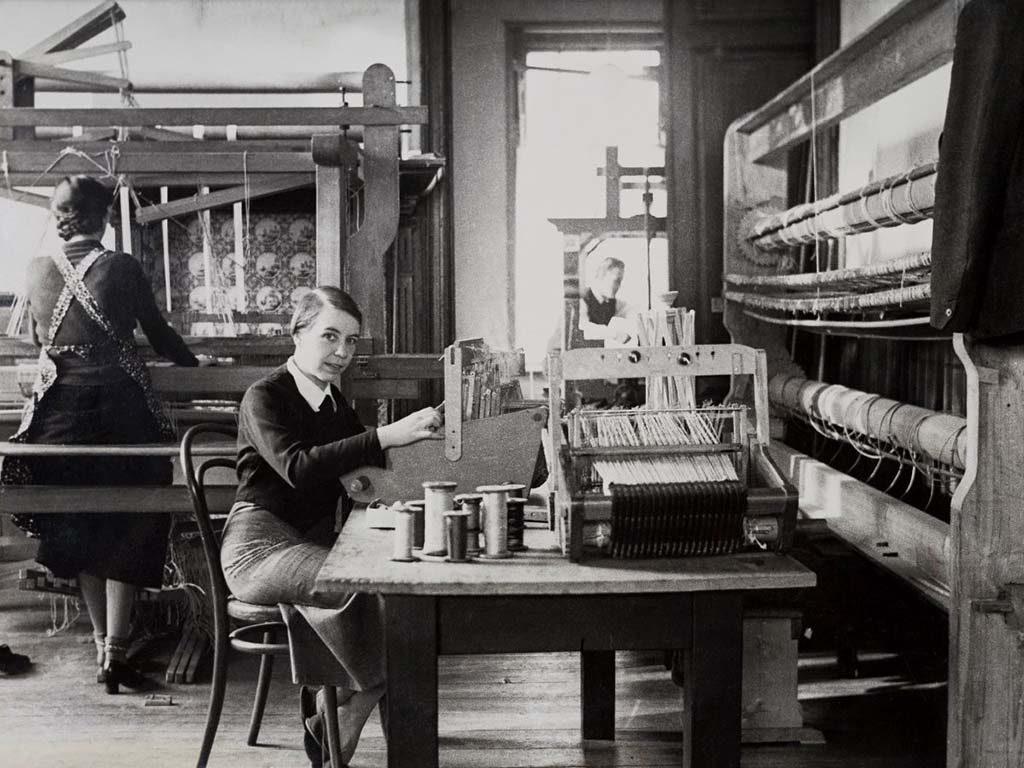 TextielMuseum_-Kitty-van-der-Mijll-Dekker-in-haar-weefatelier-in-Nunspeet-1935-collectie-TextielMuseum