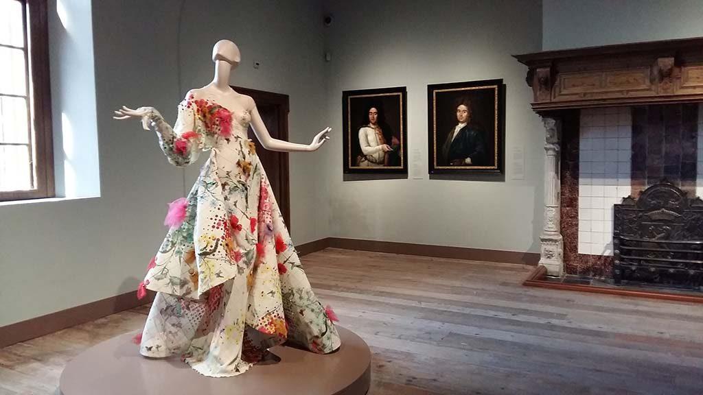 Museum_de_Lakenhal_Kleine-Pers_couture-jurk-Edwin-Oudshoorn-Nieuw_Leids_Laken_-foto-Wilma_Lankhorst