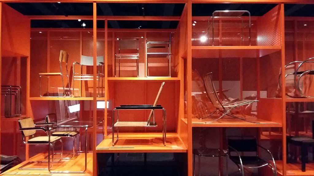 Dessau_Bauhaus_Museum_Dessau-Oranje_blokwand_buisstoelen-foto-Wilma_Lankhorst