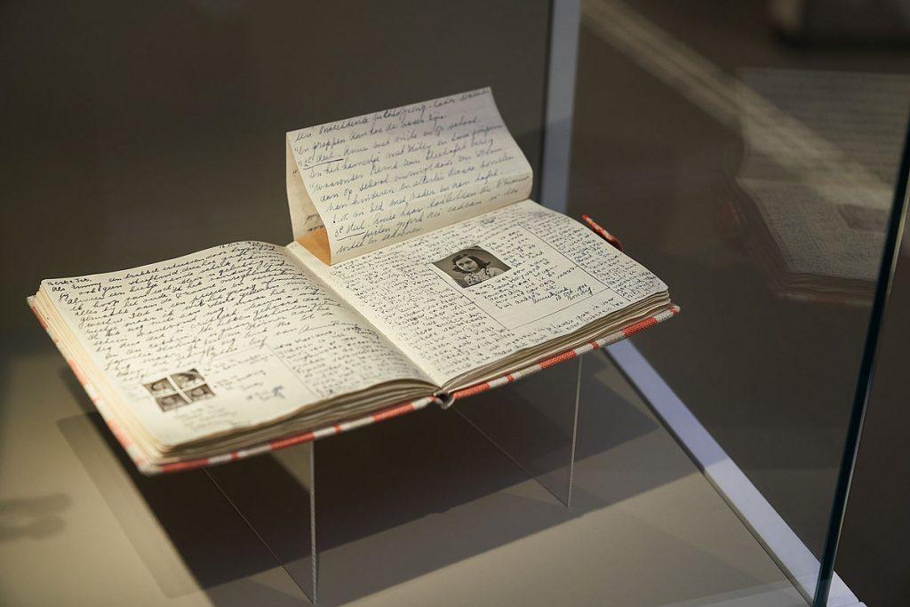 Dagboek van Anne Frank in het Anne Frank Zentrum in Berlijn. © foto Gregor Zielke.