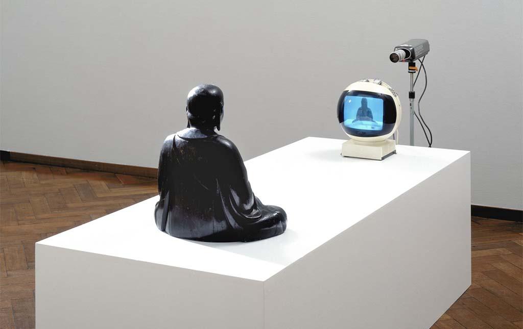 Thuismuseum Nam_June_Paik,_TV-Buddha (1974) Collection Stedelijk Museum AMS. foto Stedelijk Museum AMS