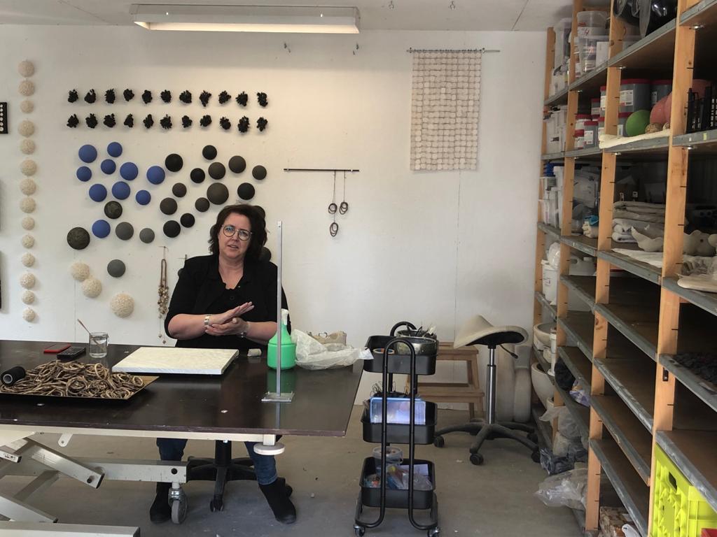 Harmke Zwep in haar atelier foto Harmke_Zwep_Seijbel