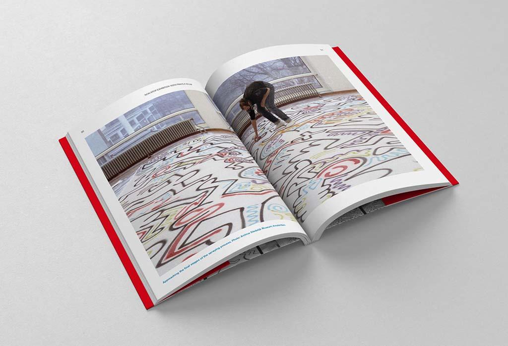 Keith Haring werkt aan velum Stedelijk AMS ©-foto-Dutch-Graffiti-Library