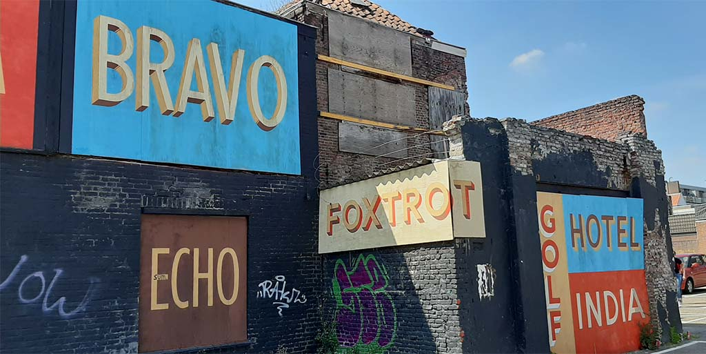 Blind_Walls_Gallery_10_NATO Fonetisch alfabet_Jeff_Canham_ © foto Wilma Lankhorst