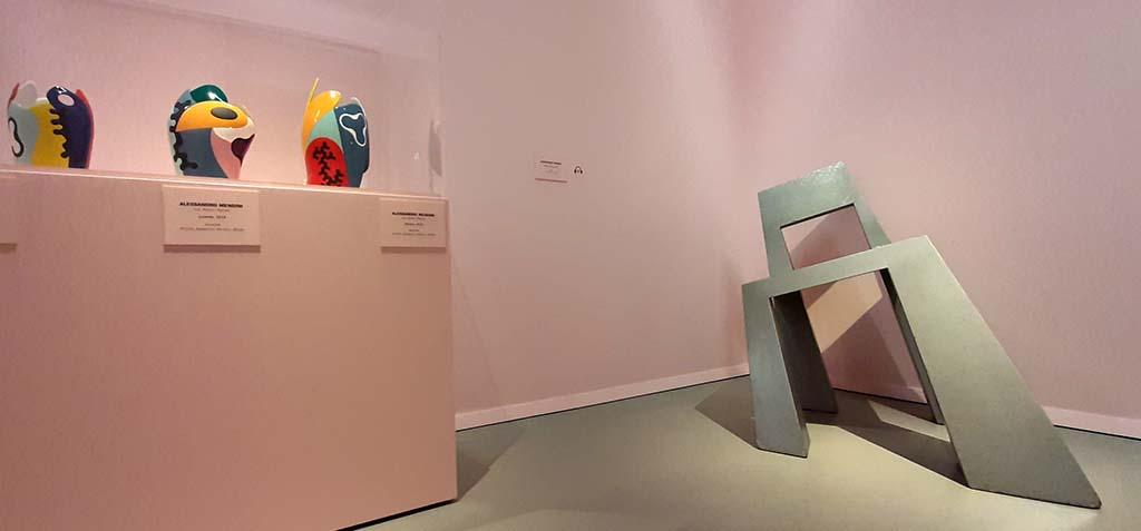 Mondo_Mendini_zaal 1 Matisse vazen en scheve stoel © Wilma Lankhorst