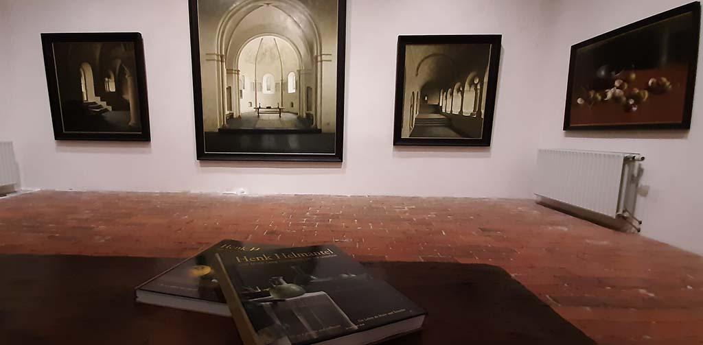 Henk_Helmantel_grote zaal met boek © foto Wilma_Lankhorst