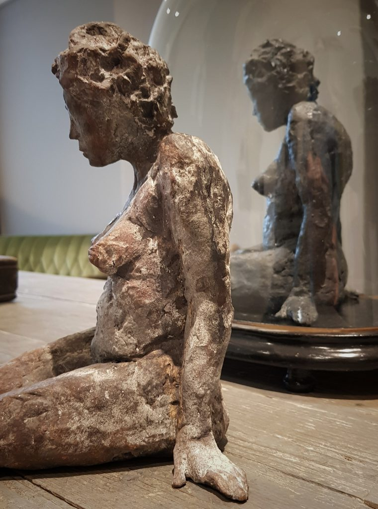 Jacqueline_van_Putten beeld zittende vrouw ©Kunstlokaal_Kerkrade
