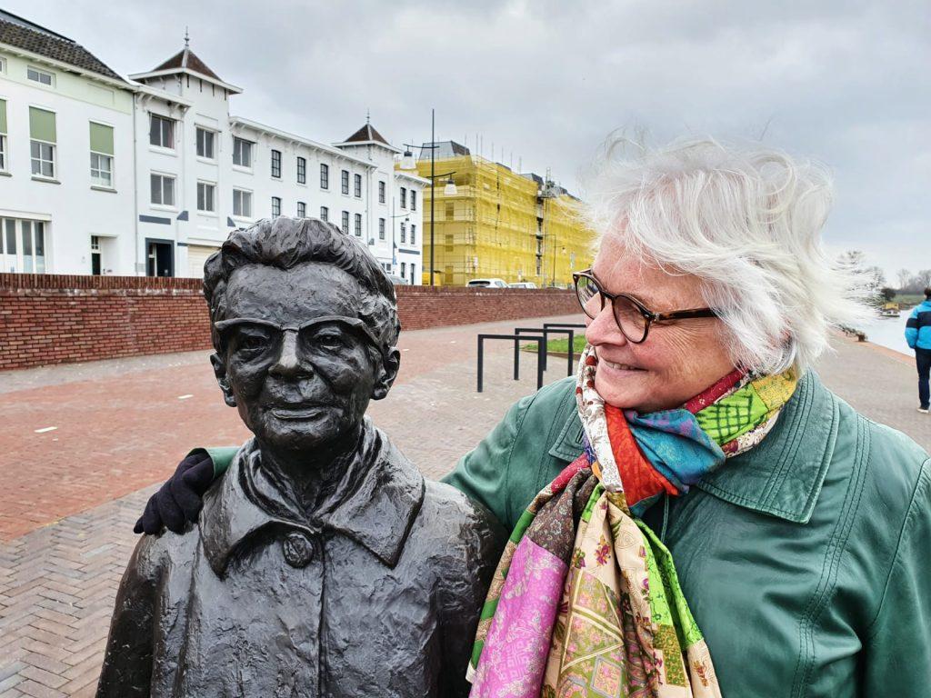 muurpoezie_Zutphen_Ida_Gerhardt_en wilma op de IJsselkade © foto Wilma_Lankhorst