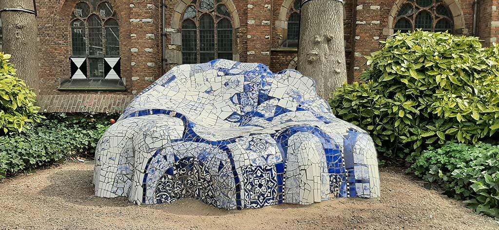 Street art in keramiekstad Delft Hommage aan Gaudi © Marianne Burgers (1959) © foto Wilma_Lankhorst