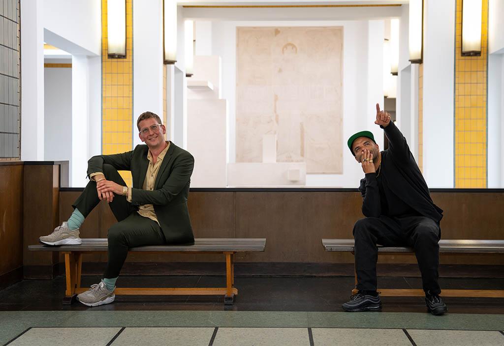 musea weer open Yousef Gnaoui (Sef) en Steven van Lummel nemen de podcast Zin in Kunst op in Kunstmuseum Den Haag © foto Franck Doho