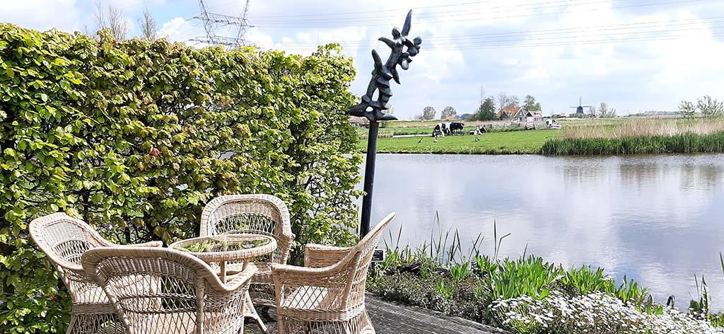 Nic.Jonk terras aan het water in de beeldentuin © foto Wilma_Lankhorst