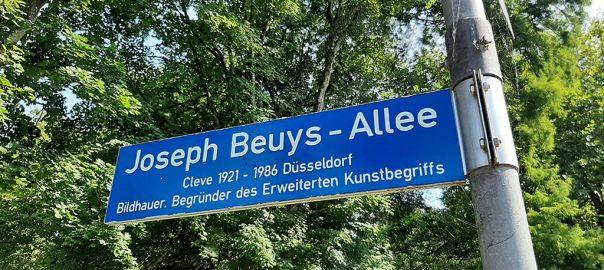 Beuys 2021 Kleve_straatbordje_met verkeerde geboorteplaats © foto Wilma_Lankhorst